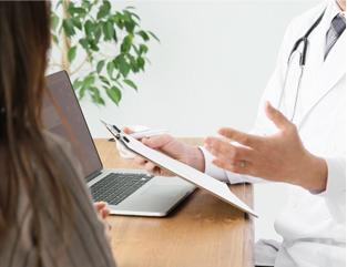 当院は内科、歯科を併設する複合医療施設内の心療内科クリニックです。 必要に応じて、併設する内科と連携した医療も可能となっています。新しい情報や知識の獲得に積極的に取り組み、皆様のこころの健康の回復を目指します。 皆様が「ちょっと不安」を感じた時に、気軽に受診していただけるような「癒しの空間」となるように職員一同努めてまいります。 title=当院の特色
